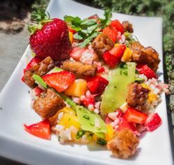 Salade de riz aux crevettes et aux fraises sans gluten