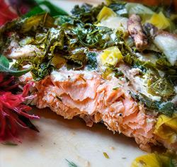 Saumon à la chiffonnade de kale et de poireaux sans gluten