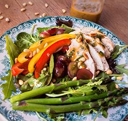 Salade printanière de poulet «style» poke bowl