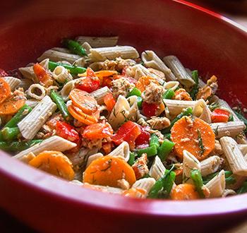 Salade de pâtes au saumon. Recette sans gluten
