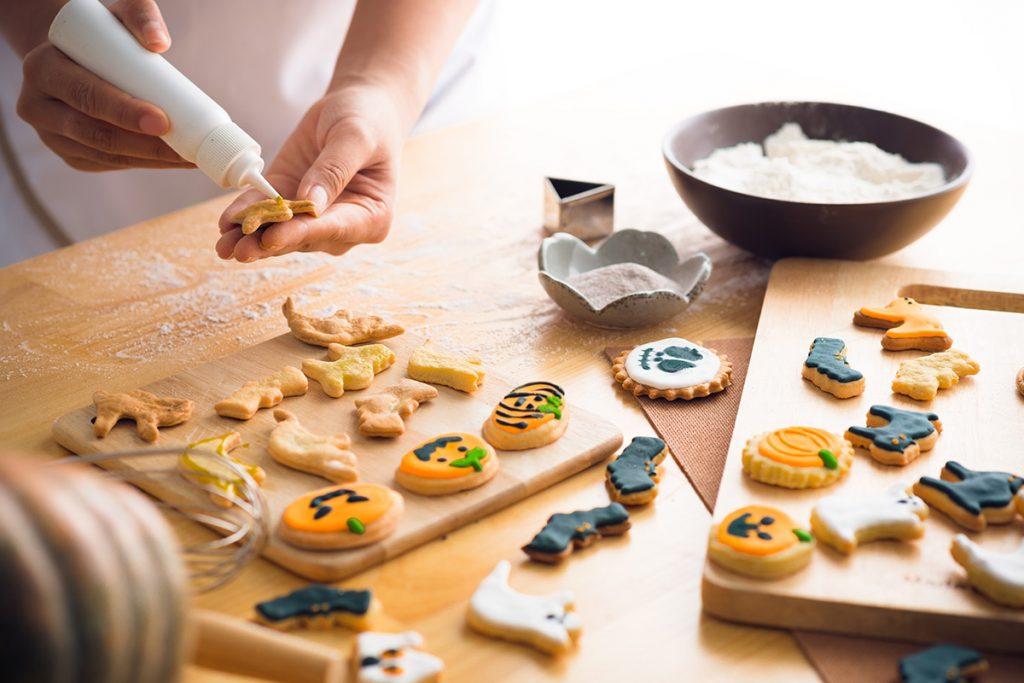 Décoration de vos biscuits sans gluten aux formes thématiques d'halloween !